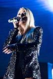 白肤金发歌手妇女唱歌活 免版税库存图片