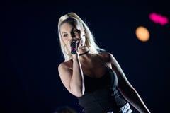 白肤金发歌手妇女唱歌活 免版税库存照片