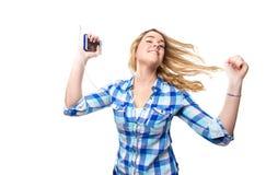 白肤金发的与智能手机的少年听的音乐 免版税库存图片