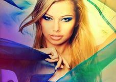 白肤金发的五颜六色的纵向性感的妇女年轻人 免版税库存照片