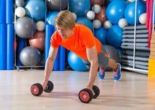 白肤金发的人健身房俯卧撑pushup哑铃 免版税图库摄影