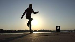 白肤金发的人在一个河岸有效地跳舞迪斯科在slo mo 股票录像