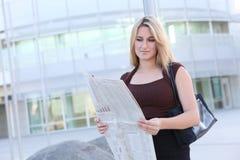 白肤金发的企业俏丽的妇女 免版税库存照片