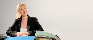 白肤金发的企业逗人喜爱的服务台妇女 免版税图库摄影