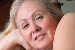 白肤金发的休息的妇女 免版税库存照片