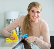 白肤金发的佣人清洁在厨房里 库存照片