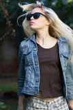 白肤金发的佩带的太阳镜,移动她的头发,户外 库存照片