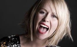 白肤金发的俏丽的呼喊的妇女 免版税库存照片