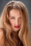 白肤金发的俏丽的妇女年轻人 免版税库存照片