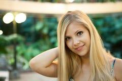 白肤金发的俏丽的妇女 库存图片