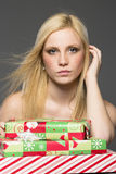 白肤金发的假日顾客 免版税图库摄影