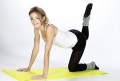 白肤金发的健身女孩体育运动 免版税库存照片