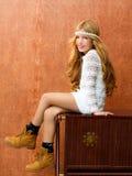 白肤金发的儿童女孩减速火箭的70s 免版税库存图片