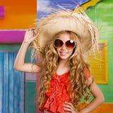 白肤金发的儿童愉快的旅游女孩海滩帽子和太阳镜 免版税图库摄影