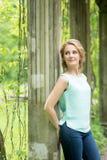 白肤金发的公园妇女 秋天,秋天 室外 免版税库存图片