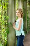 白肤金发的公园妇女 秋天,秋天 室外 库存图片