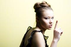 白肤金发的典雅的女孩年轻人 免版税库存照片