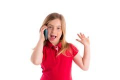 白肤金发的凹进的女孩微笑的谈的智能手机 免版税库存图片