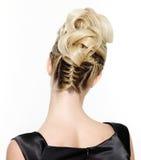白肤金发的创造性的卷曲女性发型 免版税库存照片