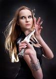 白肤金发的匕首女孩藏品年轻人 免版税库存图片
