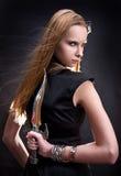 白肤金发的匕首女孩藏品年轻人 免版税图库摄影
