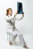白肤金发的医生女性俏丽光芒凝视x 库存图片