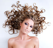 白肤金发的卷发妇女年轻人 免版税库存照片