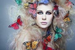白肤金发的卷发妇女 免版税库存照片