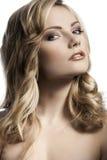 白肤金发的卷曲的女孩头发时髦的年轻人 免版税库存图片