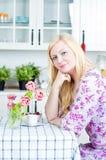 白肤金发的厨房妇女 免版税库存图片