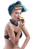 白肤金发的吃女孩甜年轻人 图库摄影