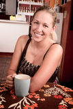 白肤金发的咖啡俏丽的妇女 库存照片