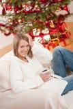 白肤金发的圣诞节前微笑的结构树妇&# 库存照片
