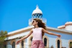 白肤金发的在地中海灯塔的女孩开放手 图库摄影
