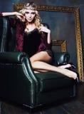 年轻白肤金发的在神仙的豪华内部的妇女佩带的冠与em 库存照片
