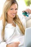 白肤金发的在线妇女年轻人 免版税库存图片