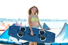 白肤金发的夏天海滩的风筝海浪青少年的女孩 免版税库存照片