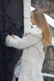 白肤金发的外套毛皮女孩 免版税库存图片