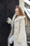 白肤金发的外套毛皮女孩 免版税图库摄影