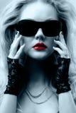 白肤金发的太阳镜 免版税库存图片