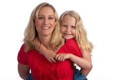 白肤金发的女儿愉快的母亲 免版税库存照片