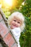 白肤金发的女孩一点查找街道 库存照片