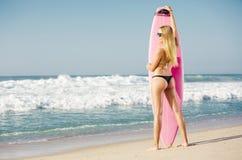 白肤金发的女孩冲浪者 免版税库存照片