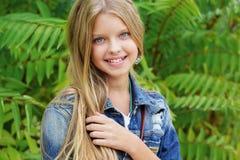 年轻白肤金发的女孩发誓牛仔裤衣裳 库存照片