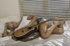 白肤金发的女孩吉他 免版税库存照片