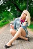 年轻白肤金发的女孩听的音乐 免版税库存照片