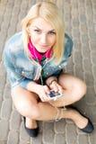 年轻白肤金发的女孩听的音乐 图库摄影