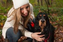 白肤金发的女孩和她的狗 库存图片