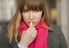 白肤金发的女孩唇膏 图库摄影