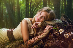 白肤金发的女孩在一个魔术森林里 免版税库存照片